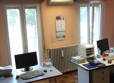 Infissi in pvc con tapparelle e zanzariere in uffici a for Finestre pvc con tapparelle